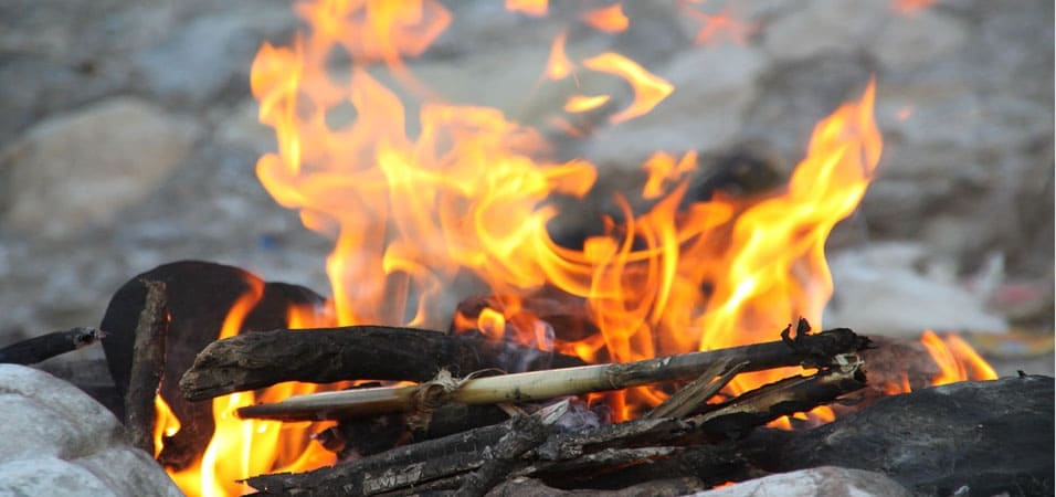 как разжечь костёр в лесу