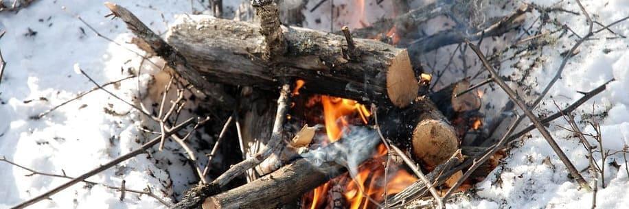 как разжечь костёр в лесу зимой